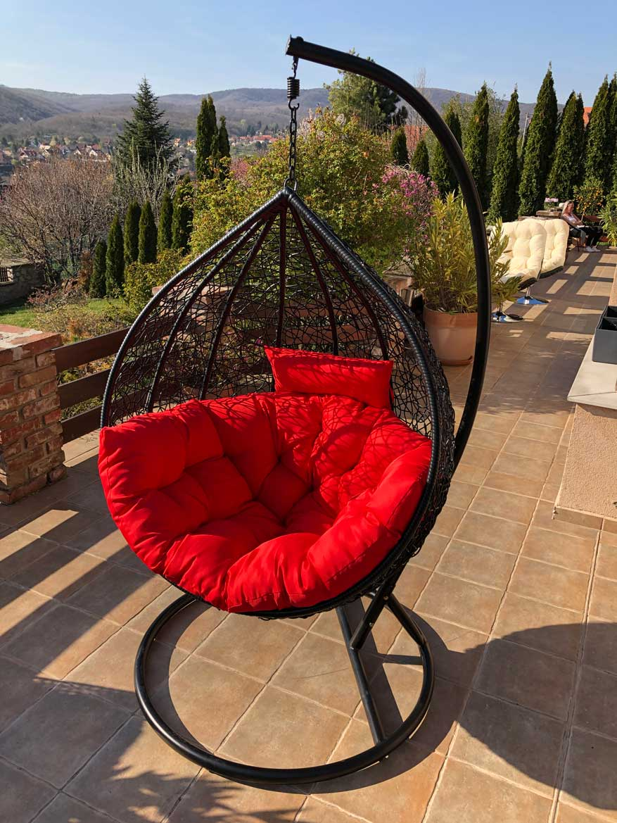 Casa luxus kültéri fekete műrattan függőfotel piros párnával