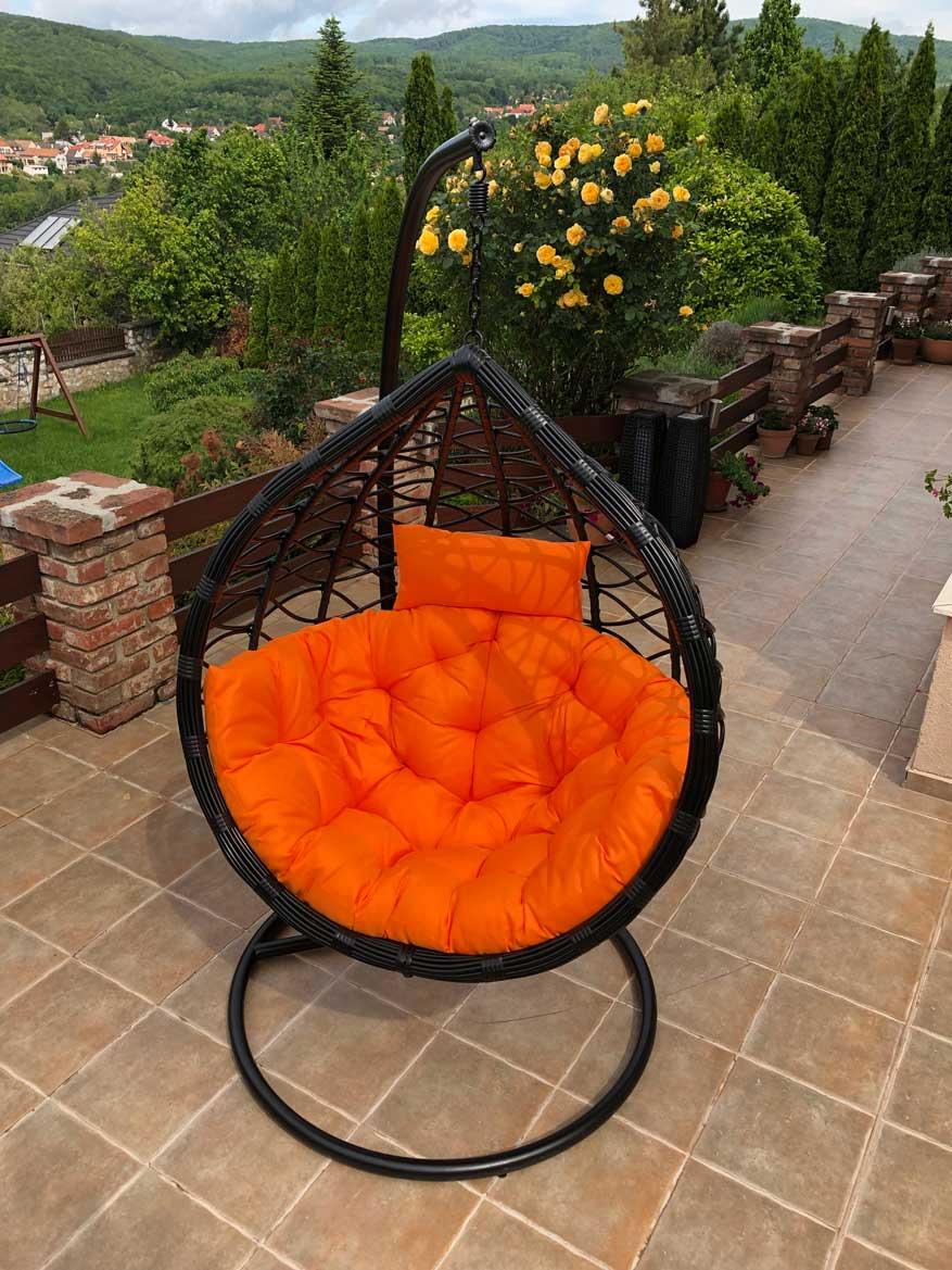 Casa műrattan kerti függőfotel fekete vázzal és narancssárga párnával