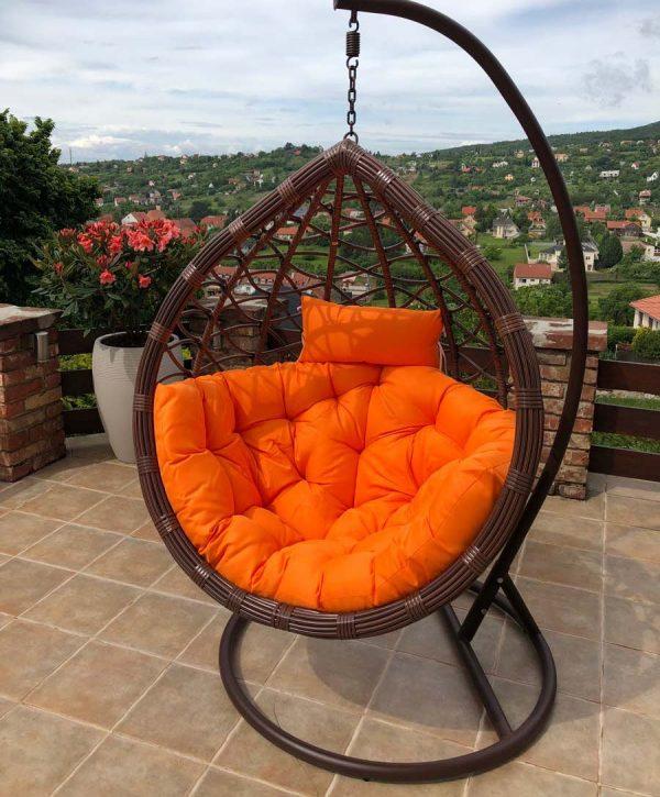 Casa műrattan kerti függőfotel barna vázzal és narancssárga párnával