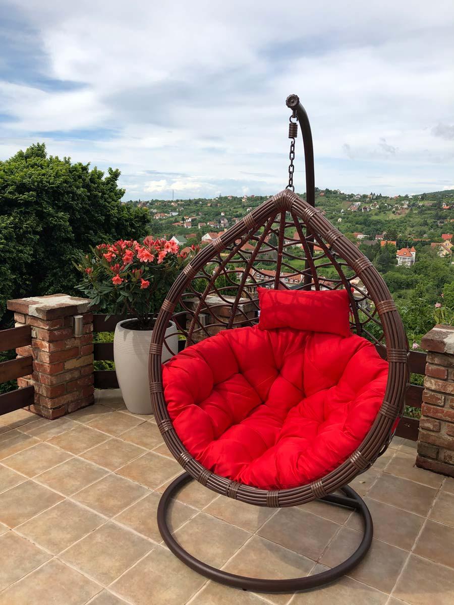 Casa műrattan kerti függőfotel barna vázzal és piros párnával
