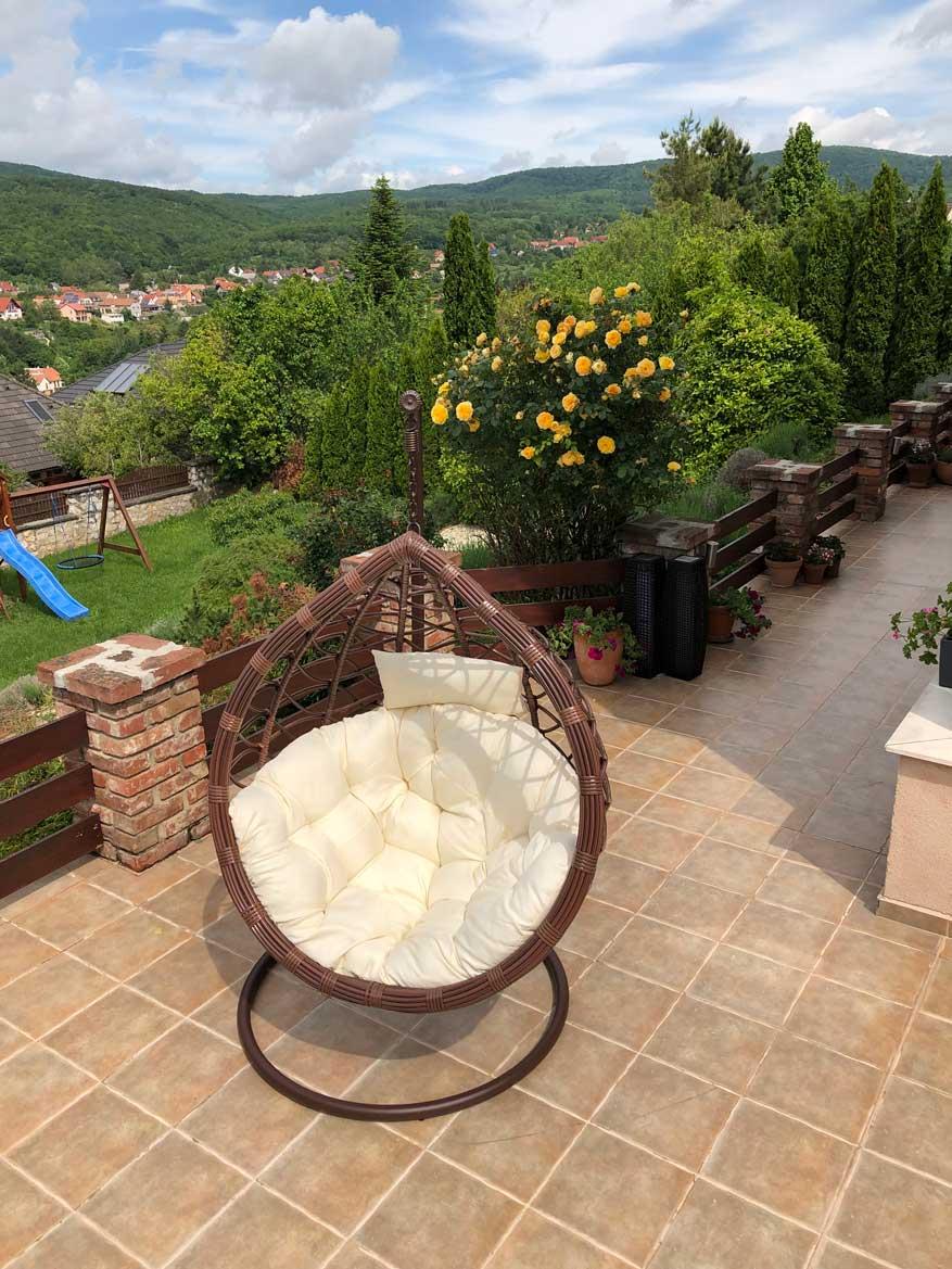 Casa műrattan kerti függőfotel barna vázzal és fehér párnával