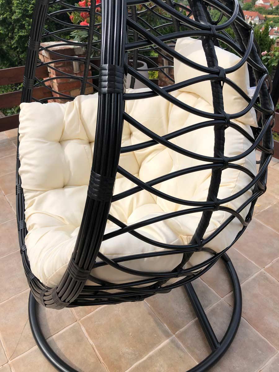 Casa műrattan kerti függőfotel fekete vázzal és fehér párnával