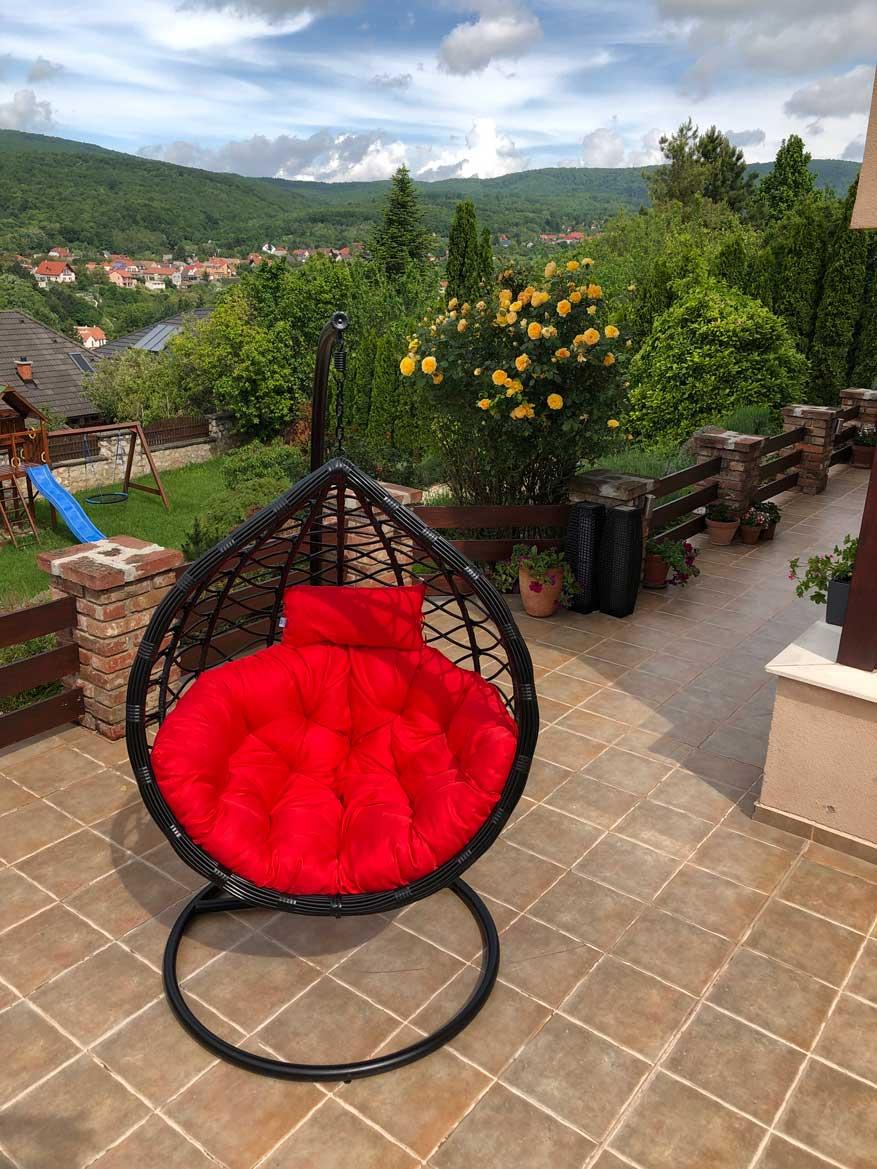 Casa műrattan kerti függőfotel fekete vázzal és piros párnával