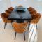 ArtMoon – Tölgyfa tárgyaló asztal bőr székekkel